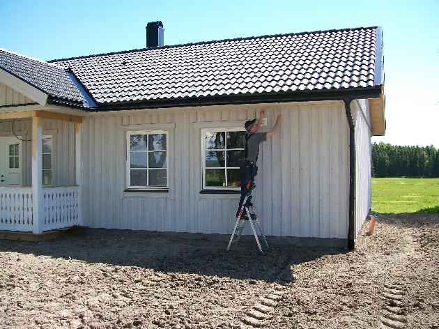 Mattias Larsson monterar takfotsbelysning.